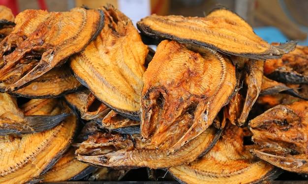 Natuurlijk drogen van gezouten vis, bewaren van droge vis, bruin gegrilde vis