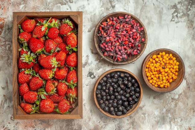 Natuurlijk en vers divers fruit in bruine houten potten