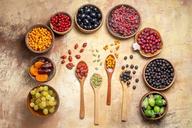 Natuurlijk en vers divers fruit in kleine bruine houten potten