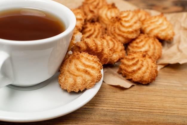 Natuurlijk gebakken kokoskoekjes of kokosnotenmakarons met kokoschips