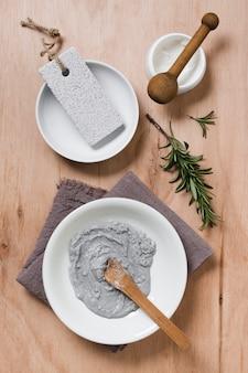 Natuurlijk gezichtsmasker op handdoek