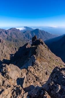 Natuurlijk gezichtspunt van de caldera de taburiente tijdens de trektocht bij roque de los muchachos op een zomermiddag, la palma, canarische eilanden. spanje