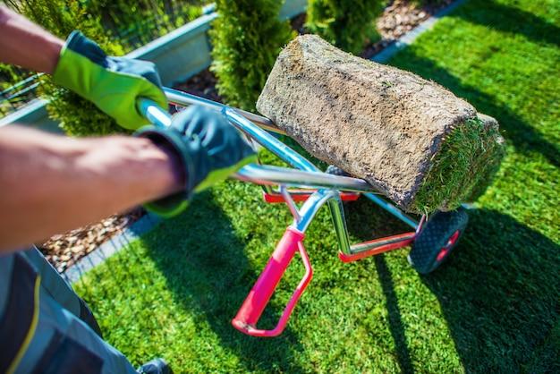 Natuurlijk gras turf installeren