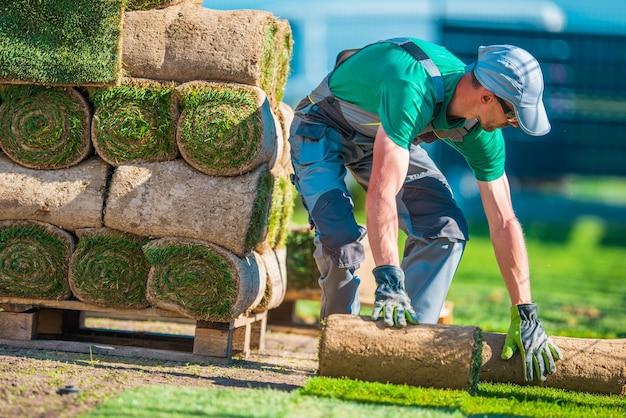 Natuurlijk grass turf installer