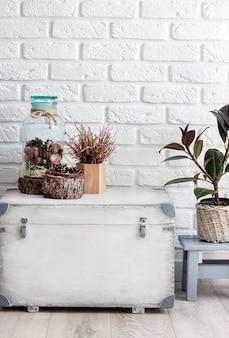 Natuurlijk huisdecor op witte houten doos op witte muurachtergrond. ruimte kopiëren