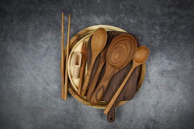 Natuurlijk keukengereedschap houtproducten keukengerei met lepel vork eetstokjes plaat snijplank object
