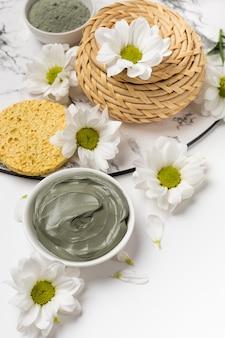 Natuurlijk kleimasker droog en nat met bloemen op een witte achtergrond