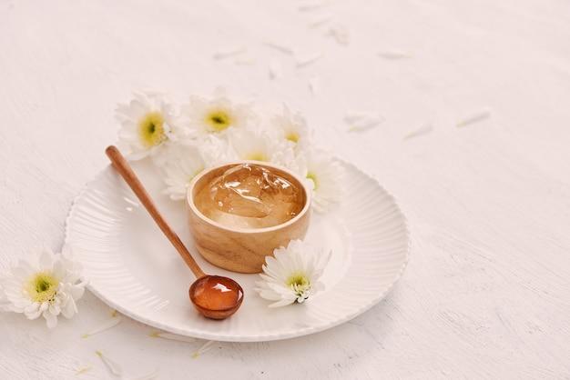 Natuurlijk kruiden rustgevend gelbamboe voor huid op wit als achtergrond