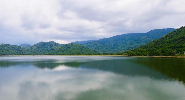 Natuurlijk landschap met een meer en bergen