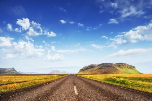 Natuurlijk landschap met een weg en bergen