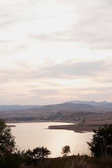 Natuurlijk landschap met rivier