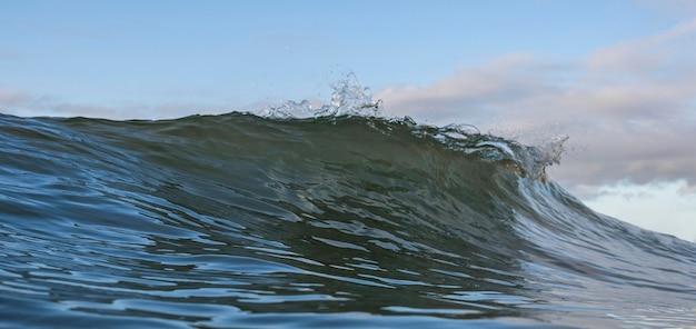 Natuurlijk landschap met zeegolf