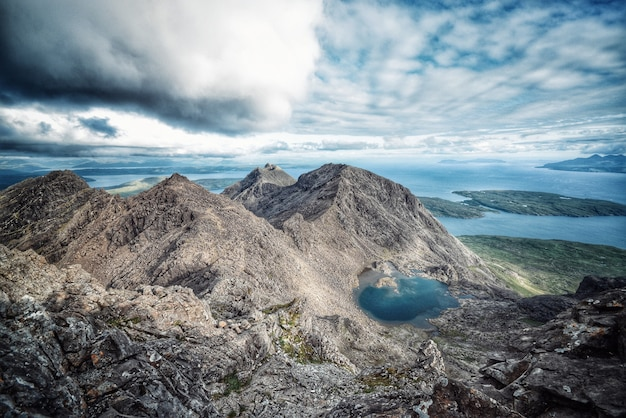 Natuurlijk landschap van bergen