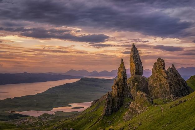 Natuurlijk landschap van rotsachtige bergen