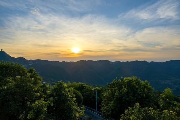 Natuurlijk landschap, zonsondergang op de top van de berg