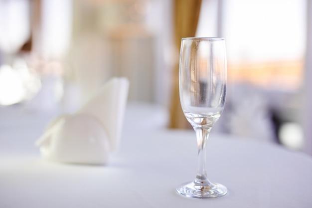 Natuurlijk licht of daglicht shot van moderne restaurant tafel in te stellen voor een lunch.