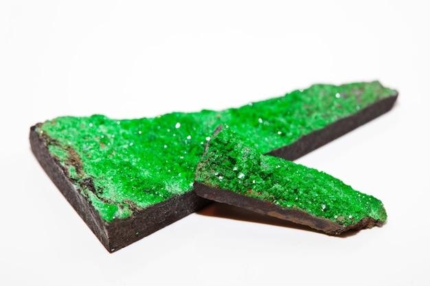 Natuurlijk mineraal geïsoleerd uvaroviet