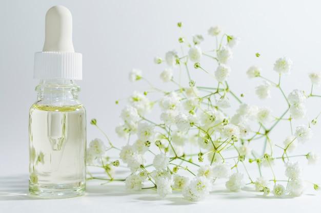 Natuurlijk serum in cosmetische fles met druppelaar. organische spa-cosmetica met plantaardige ingrediënten.