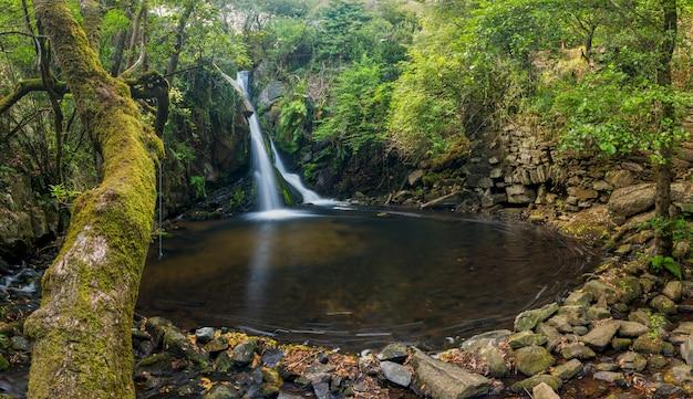 Natuurlijk zwembad gevormd door twee kleine rivieren die een kleine waterval vormen
