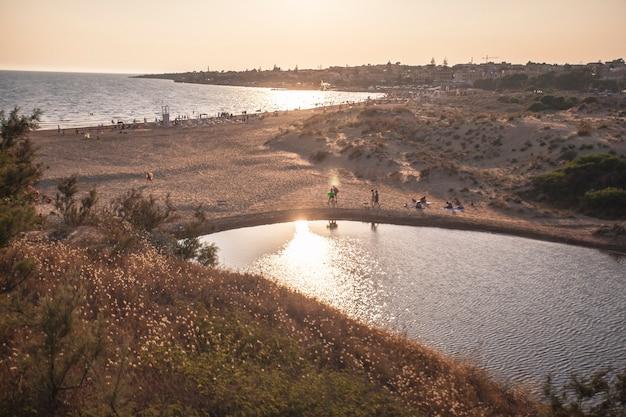 Natuurlijk zwembad op het siciliaanse strand modica