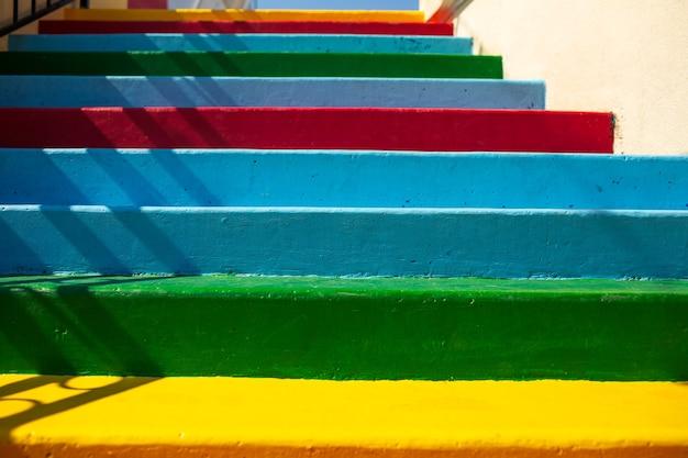 Natuurlijke abstracte achtergrond van kleurrijke straat trappen. close-up bekijken.