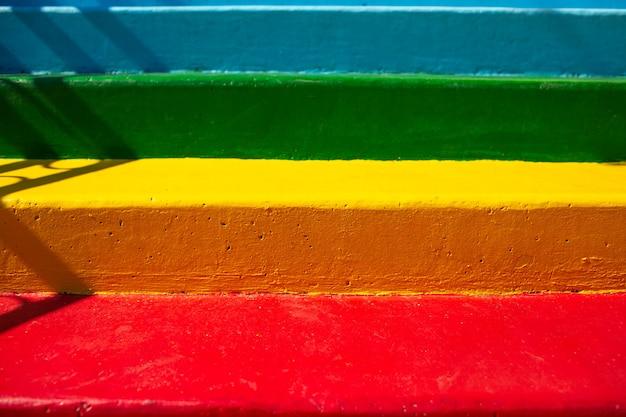 Natuurlijke abstracte achtergrond van kleurrijke straat trappen.