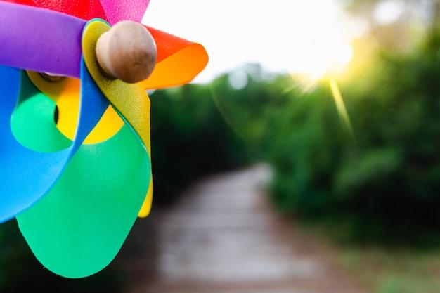 Natuurlijke achtergrond met het kleurrijke beeld van een speelgoedvuurrad dat een voorspoedige toekomst vertegenwoordigt.