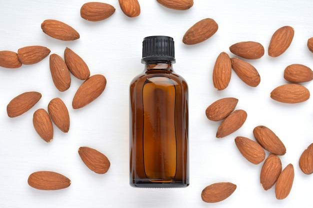 Natuurlijke amandelolie in bruine fles voor cosmetica en noten.