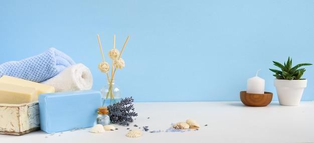 Natuurlijke aromatherapie en lichaamsverzorgingsbad zepen. lavendel spa-behandeling, handdoeken, zeezout en gedroogde kruiden. aromateraphy en spa achtergrondbanner.