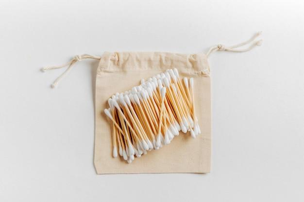 Natuurlijke bamboe oorstokken op stoffen zak. duurzame levensstijl.
