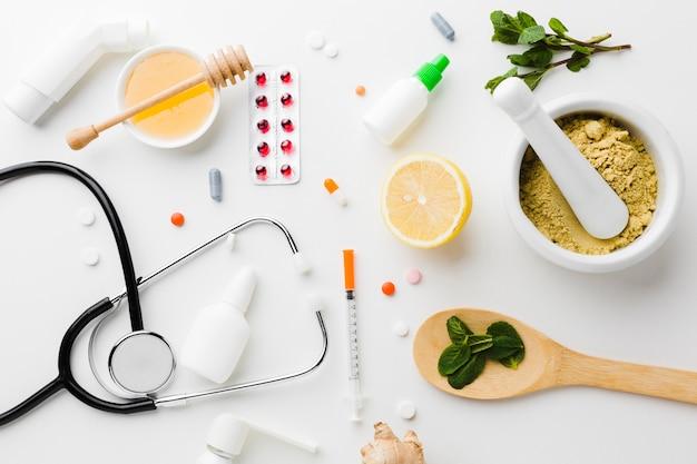 Natuurlijke behandeling en apotheekpillen met stethoscoop