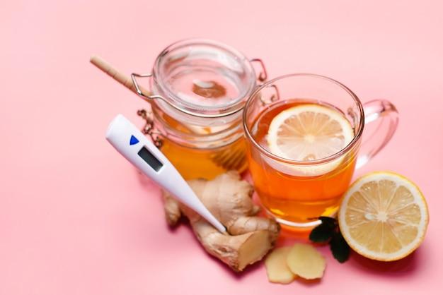 Natuurlijke behandeling voor verkoudheid en griep. gember, citroen, honing, knoflook en rozenbottelthee tegen griep. hete thee voor verkoudheid. home apotheek. bewezen behandeling van ziekten. volksgeneeskunde.