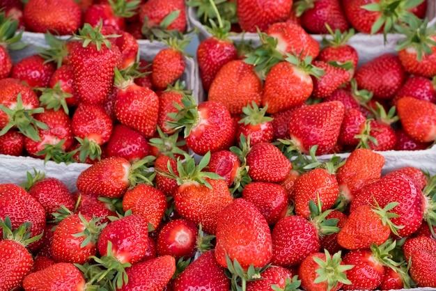 Natuurlijke biologische aardbeien in dozen op een boerenmarkt