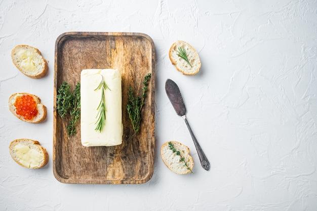 Natuurlijke biologische boter, voor het ontbijt, op witte achtergrond, bovenaanzicht plat lag met kopie ruimte voor tekst