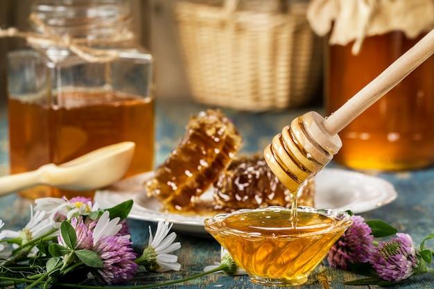 Natuurlijke biologische honing op een houten tafel.