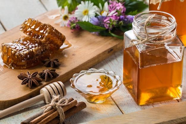 Natuurlijke biologische honing op een tafel