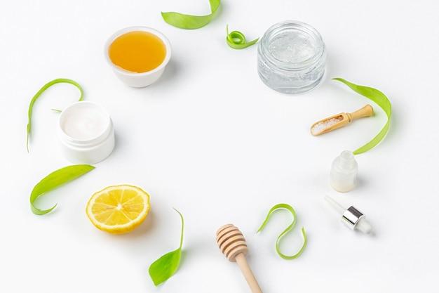Natuurlijke biologische ingrediënten om de huid thuis te verzorgen. reinigende en voedende cosmetica