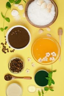Natuurlijke biologische ingrediënten - zeezout, koffiescrub, honing en een harde body brush