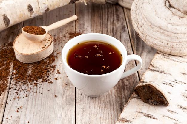 Natuurlijke, biologische thee van chaga-paddenstoelen en chaga-paddenstoelen