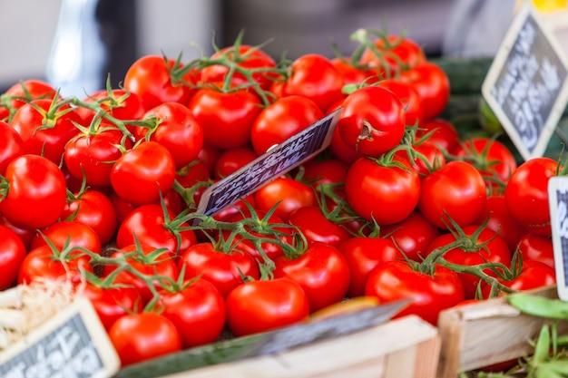 Natuurlijke biologische tomaten in dozen op de boerenmarkt op 7 augustus 2014