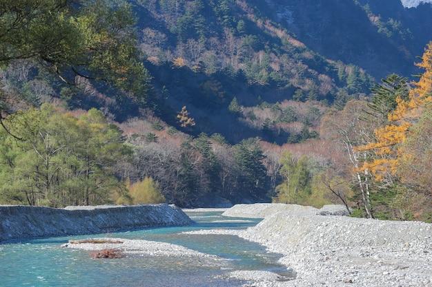 Natuurlijke blauwe rivier onder japanse alpenberg in kamikochi nagano japan.