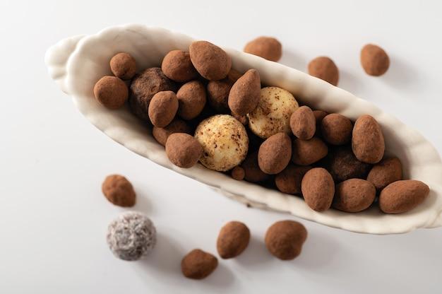 Natuurlijke chocoladetruffels, witte achtergrond, bovenaanzicht, close-up