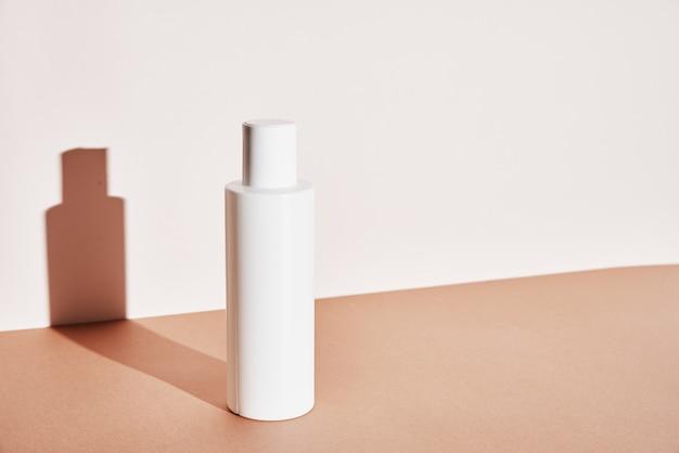 Natuurlijke cosmetica bespotten schoonheid productconcept witte fles op pastel achtergrond