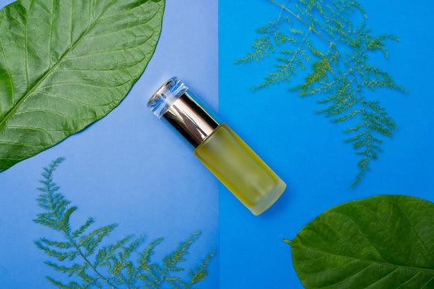 Natuurlijke cosmetica flesjes op kleur papier achtergrond