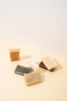 Natuurlijke cosmetica. handgemaakte zeep samenstelling, stapel biologische natuurlijke zeep op witte achtergrond on