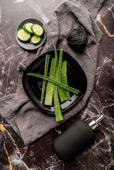 Natuurlijke cosmetica met aloë vera, komkommers en geldispenser