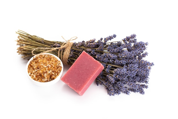 Natuurlijke cosmetica met lavendel en sinaasappel, citroen voor zelfgemaakte spa op witte achtergrond bovenaanzicht mock up.