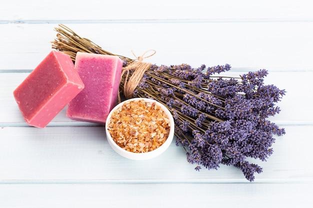 Natuurlijke cosmetica met lavendel en sinaasappel, citroen voor zelfgemaakte spa op witte achtergrond bovenaanzicht.