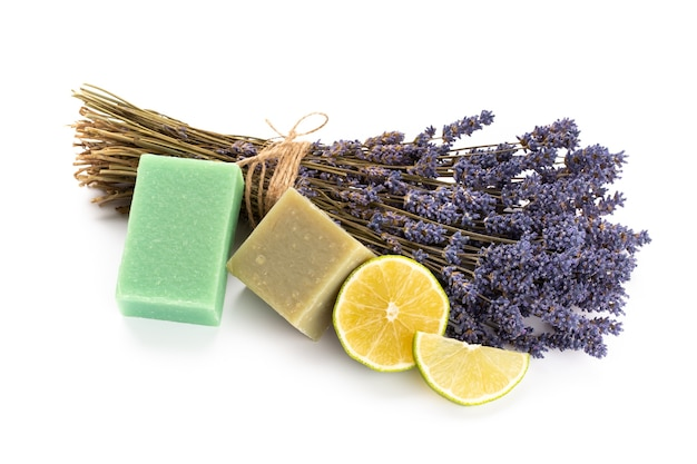 Natuurlijke cosmetica met lavendel en sinaasappel, citroen voor zelfgemaakte spa op witte achtergrond