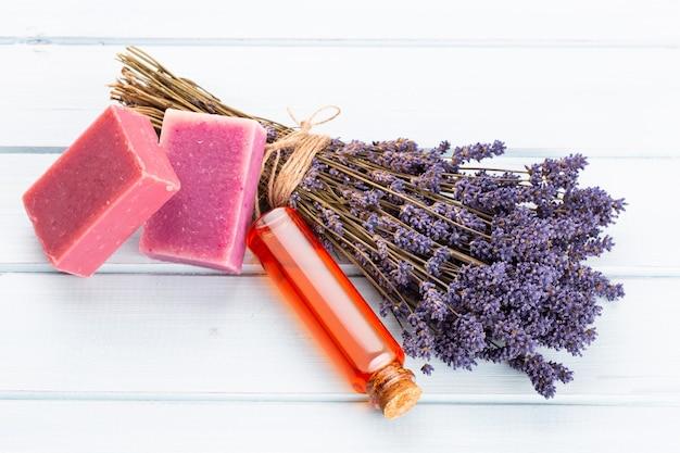 Natuurlijke cosmetica met lavendel en sinaasappel, citroen voor zelfgemaakte spa op witte bovenaanzicht mock up.